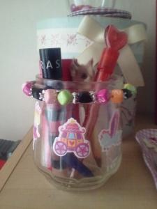 Pot de confiture customisé avec des autocollants, j' ai ajouté aussi un bracelet pour décorer.