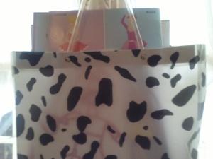 Joli sac zebré où j' y ai rangé des livres, magazines et que j' ai accroché à la fenêtre, je l' ai simplement acheté dans le bazar près de chez moi!