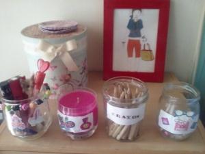 Pots de confiture transformés en pots à crayons et customiser avec des autocollants, une bougie décorée.