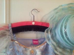Cintre que j' ai customisé en y collant au centre un bijoux, j' y ai accroché le déguisement de princesse de ma fille, derrière la porte de la chambre, avec un simple clou. La couleur de la  robe est accordée, ainsi que le chapeau à la couleur de la peinture!